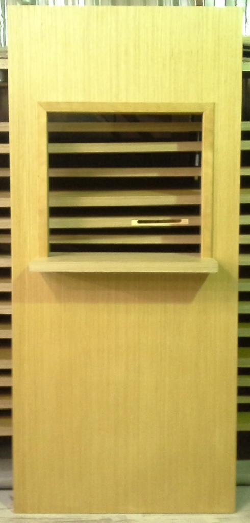 Олми, дверь с раздаточным окошком